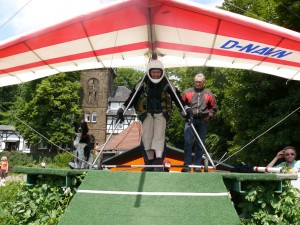 Drachenflieger Thorsten mit Starthelfern auf der Startrampe an der Wittekindsburg